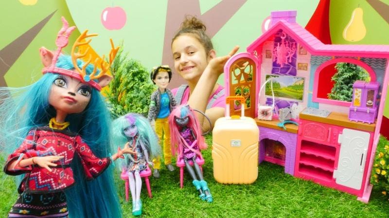 Monster High İzzy ormana taşınıyor. Çocuk videosu.