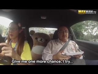 Девушка профессиональный водитель, в образе ботаника, разыгрывает инструкторов по вождению
