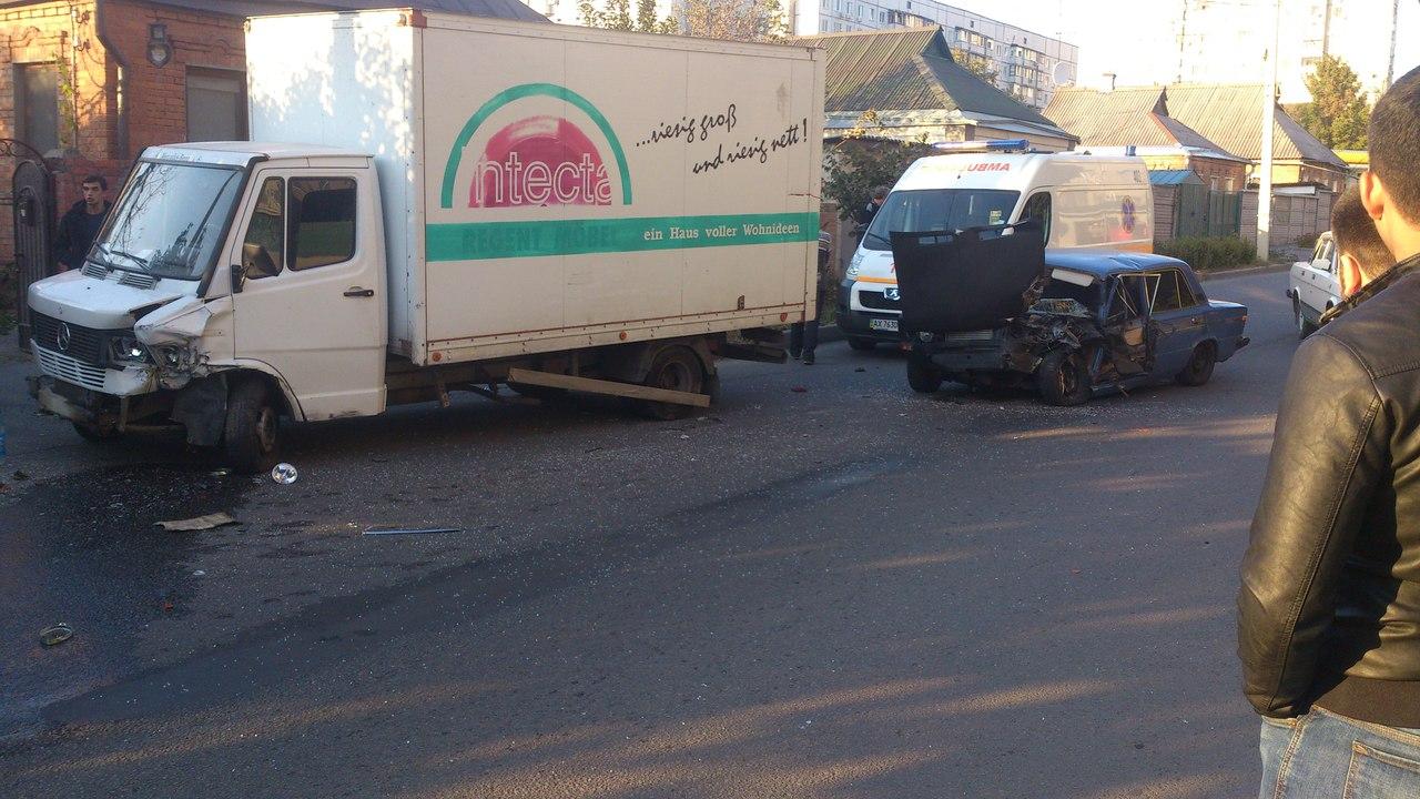 Грузовик смял легковушку в Харькове (ФОТО)