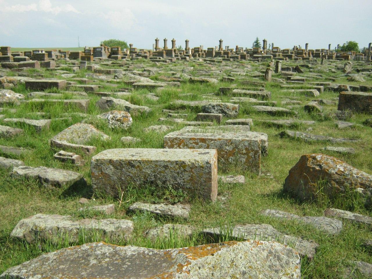 Древние хачкары (и надгробья поновее) на кладбище Норатус