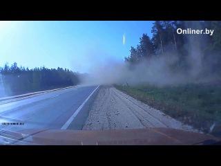 На трассе Минск - Гомель Renault вылетел в кювет при обгоне