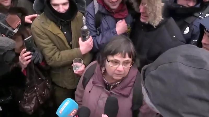 Украина. Киев. 18.03.2018 Нелюди издеваются над женщиной.