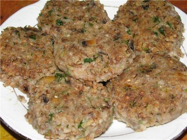 Гречневые котлеты с грибами (постные) Ингредиенты: 1 стакан гречневой