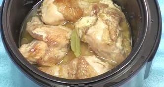 курочка в сметанном соусе в мультиварке ингредиенты: курица 1 шт. (1,2-1,5 кг); ;лук 2-3 луковицы; ;сметана 200 г (10-15% жирности); ;соль; ;набор специй для курицы; ;укроп, лавровый лист; масло