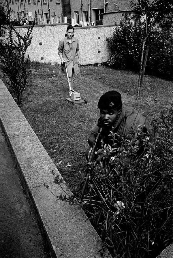 Британский солдат в засаде, Северная Ирландия, 1973 год.
