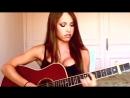 Очень красивая девушка играет на гитаре и поёт