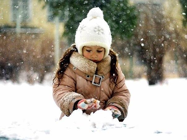 Растить - это так просто. Это умение ждать. Это умение делать сейчас то, что нужно делать сейчас. Это умение деятельно наблюдать. Не вмешиваться без нужды и не пропустить момент, когда ваше вмешательство необходимо. Это умение быть снисходительным. Это любить ребёнка и смеющимся, и плачущим, и грубым, и неугомонным, и когда устали, и когда завтра на работу. Это любить всегда и без условий. Это умение не клясть себя за ошибки, а исправлять их. Это желание совершенствовать своё мастерство. ЭТО -…