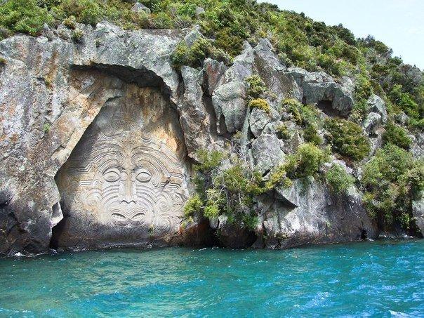 Наскальные рисунки Маори - коренных жителей Новой Зеландии на озере Таупо.