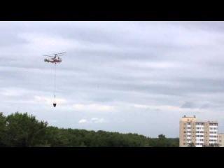 Вертолет МЧС тушит пожар на фабрике в Ивантеевке