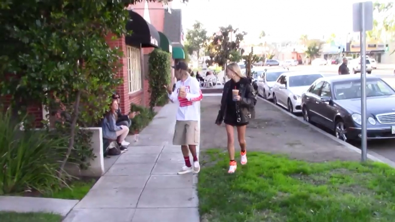 Video of Justin out for lunch in Studio City, CA (October 15)