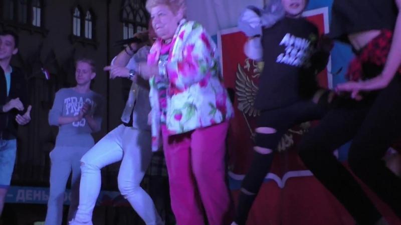 Бабуля из Саратова дает жару молодежи