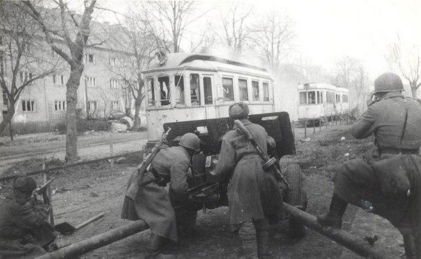 Советские артиллеристы ведут бой в