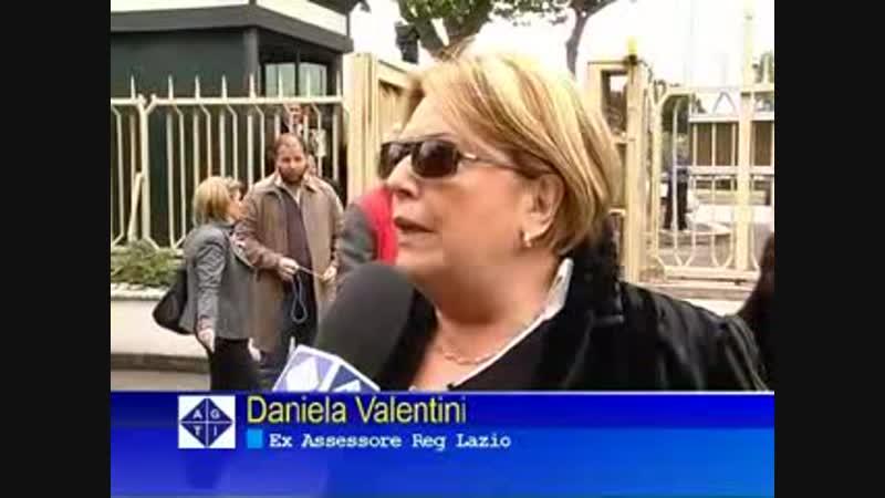 Io molto dietro alla signora nella camera ardente a un politico della Regione Lazio