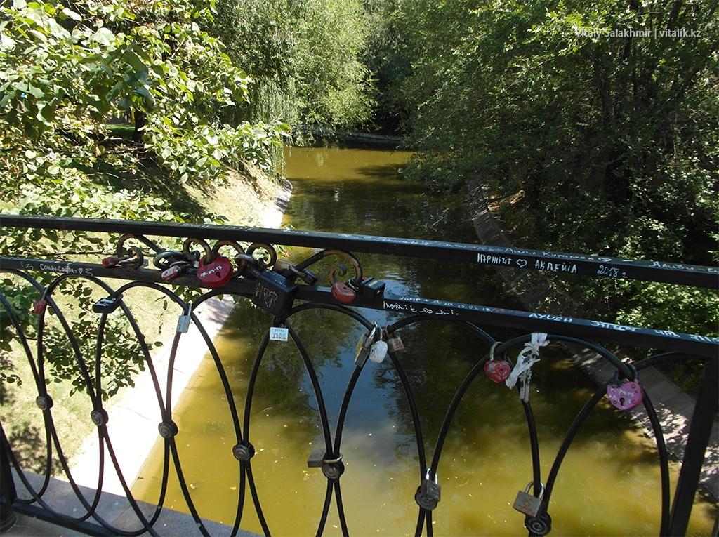 Замки на мосту, Центральный Парк Горького Алматы