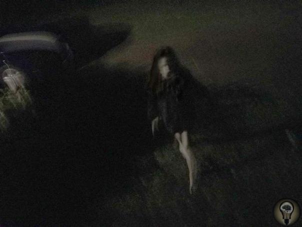 Парень заснял возле своего дома жуткую девушку Пользователь сайта Reddit под ником Quic_Dis выложил фотографии странного человеческого существа. По его словам эта девушка уже несколько