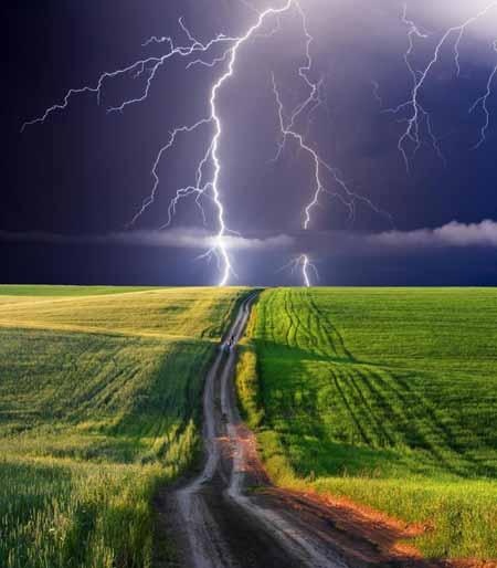 Молния является одной из потенциальных причин скачков напряжения.