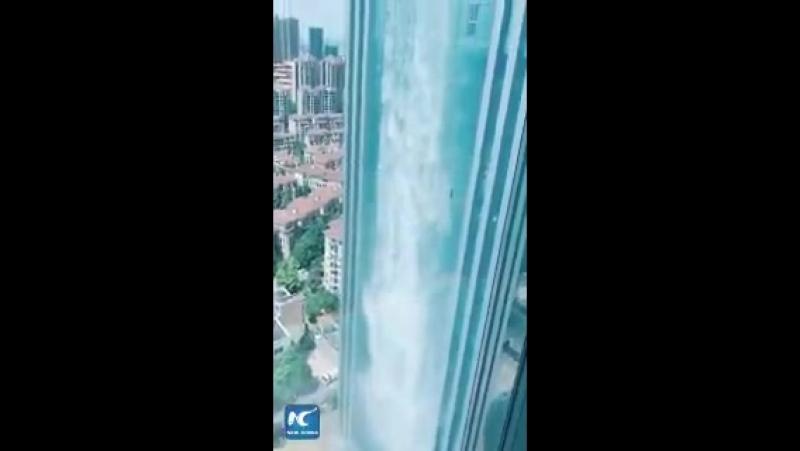Небоскреб со 100-метровым водопадом