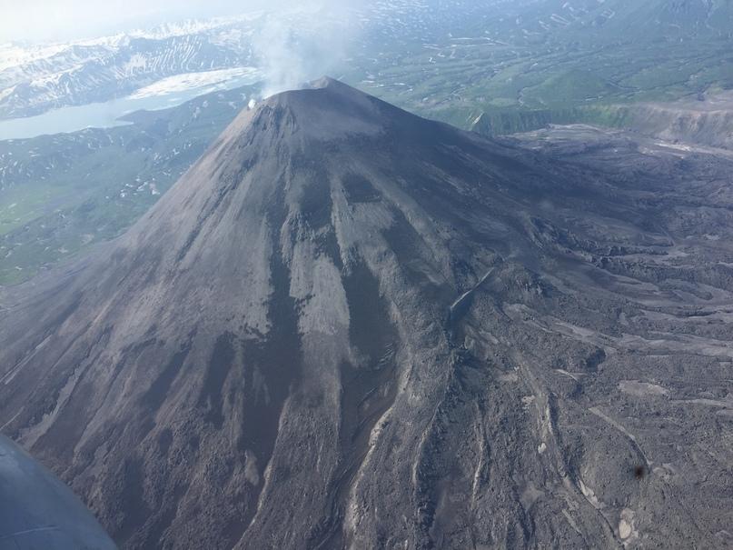 Вертолетная экскурсия. Карымский вулкан и Крымское озеро на дальнем плане