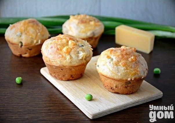 Готовим из молодых овощей - Мини-кексы с сырной шапочкой Печеный картофель, ветчина, сыр и лук – эту богатую начинку таят в себе маленькие закусочные мини-кексы с золотистой сырной шапочкой. Закуска придется по вкусу всем любителям простого, но элегантного и интересного обеденного стола. Надо: (12 порций) Мини-кексы: 1 3/4 стакана муки щепотка молотого перца 1 ч.л. соли 1 ч.л. разрыхлителя 1,5 стакана молока 2 яйца 4 ст.л. оливкового масла Начинка: 100 г ветчины 1 запеченная или отварная…