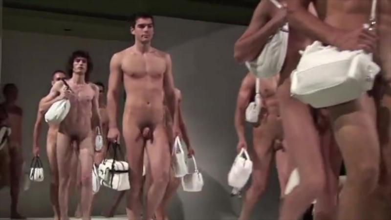 Обнаженный показ женских сумок