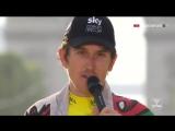 После победы на Тур де Франс-2018 и триумфальной речи Томас в стиле крутого парня бросает микрофон