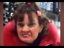 Злая тётка кривляется и оскорбляет весёлого продавца