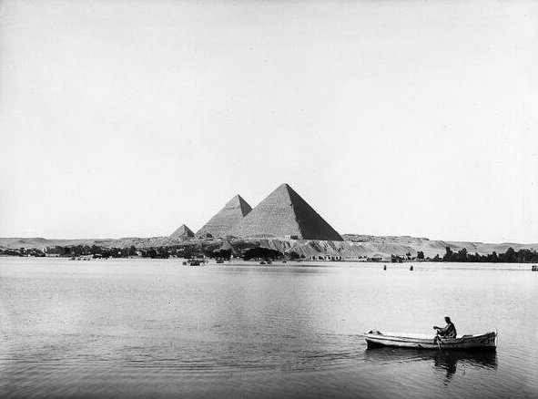 Умиротворяющее фото плывущего по Нилу мужчины.