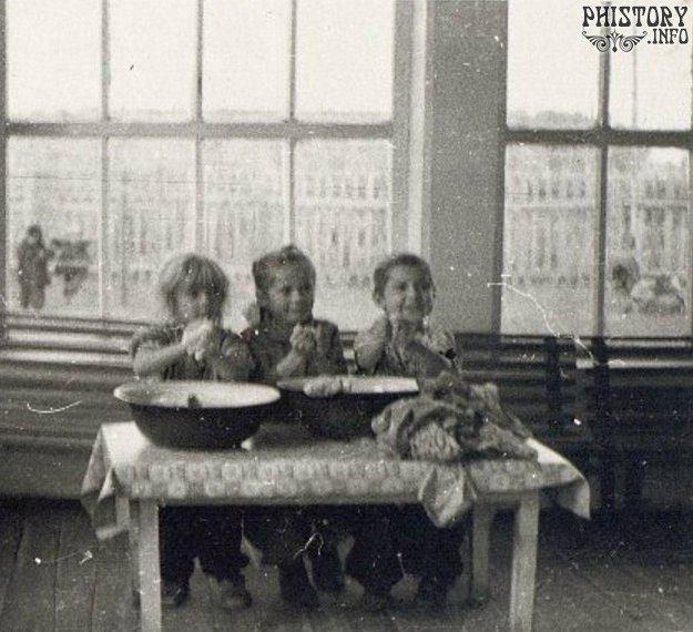Дети старшей группы детского сада за стиркой. Кустанайская область, Казахская ССР, СССР, 1960 год.