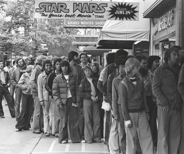 Исторический момент. Фото очереди перед кинотеатром на премьеру «Звездных войн». 1977 год