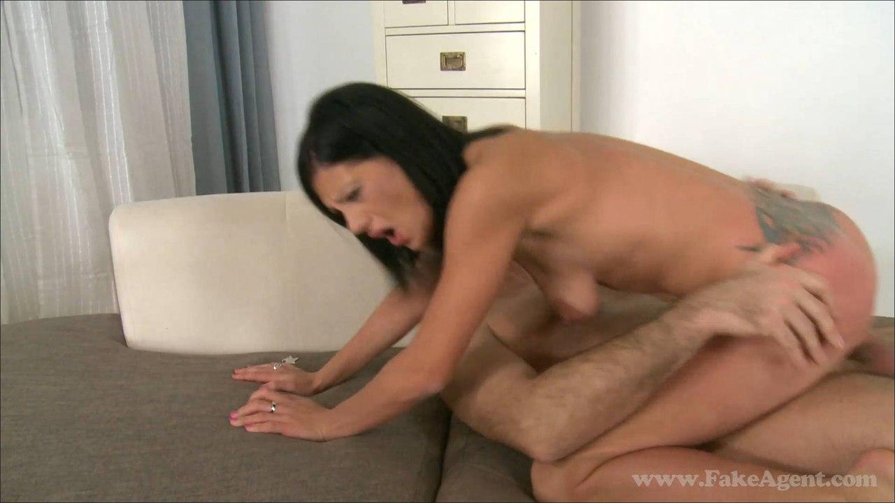 FakeAgent Jenna E379 (E413) Жесткий секс с татуированной брюнеткой
