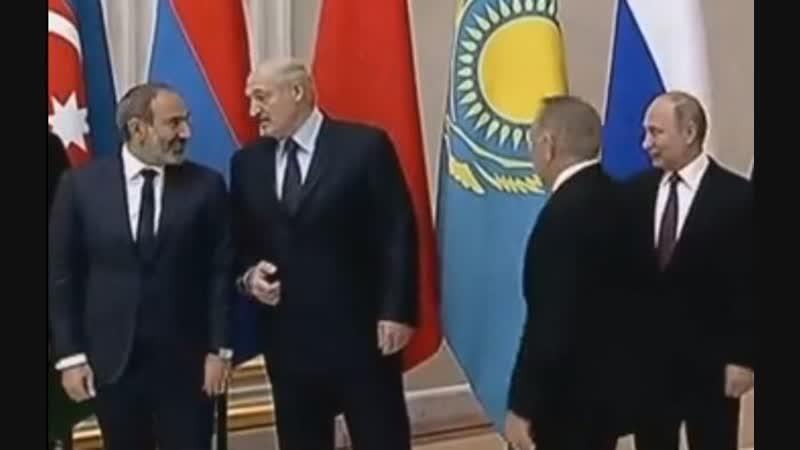 Президент Беларуси Александр Лукашенко толкнул премьер-министра Армении Никола Пашиняна во время беседы с ним. Азербайджан Баку
