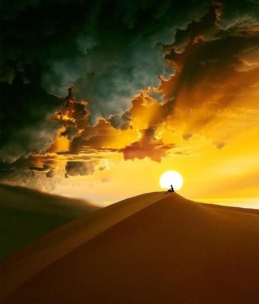 Шел рыцарь по пустыне. Долгим был его путь. По пути он потерял коня, шлем и доспехи. Остался только меч.
