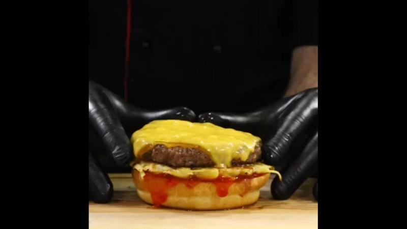 Ням ням. Новые бургеры уже пользуются популярностью. Наш новый Фермерский бургер с картофельным хашбрауном, говяжьим бифштексо