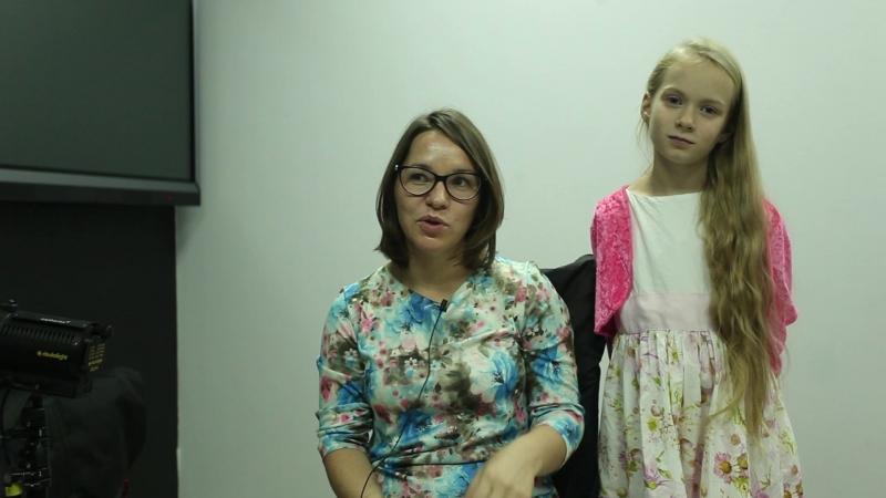 Мама Полины говорит о работе, а девочка о мальчике, которого любит