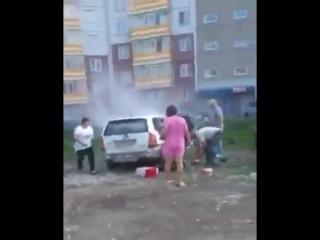 Двое детей в горящем автомобиле