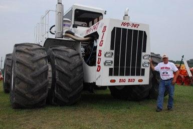 Зверь в деревне - Нереально крутой трактор (Видео)