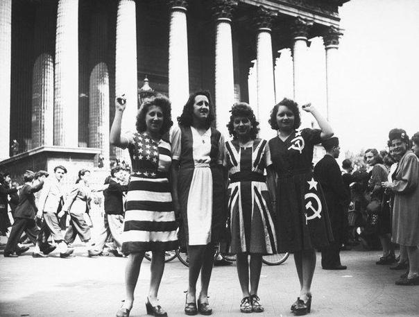 Участницы демонстрации в честь Победы над Германией.