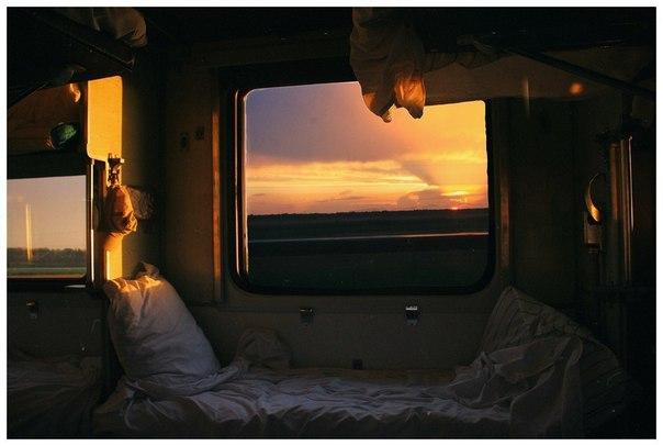 скучающая девочка в окне поезда без смс