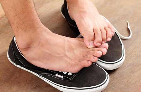 Запах ног может быть вызван чрезмерным потоотделением.