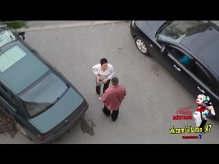 Ревнивая женщина разбивает авто мужа за измену / спалили / застукала