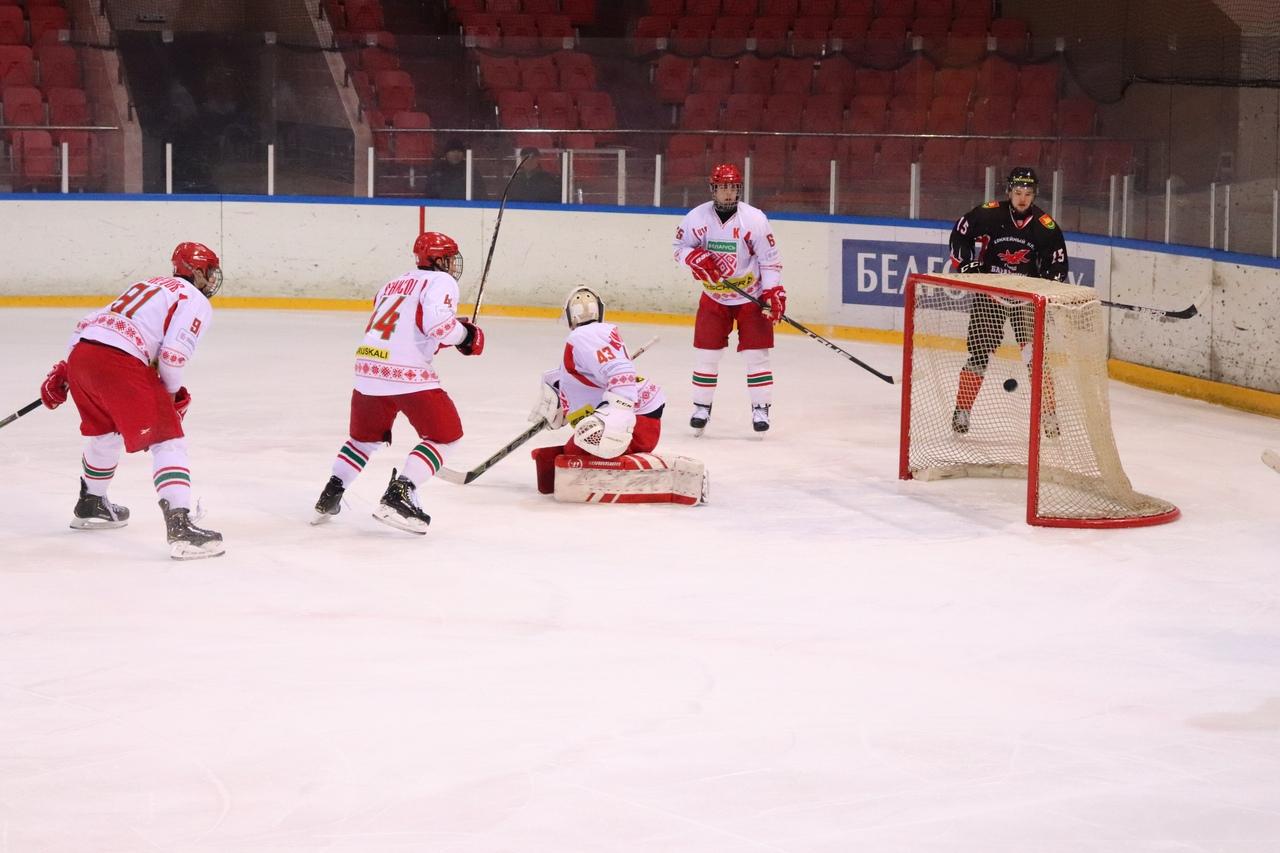 Очередная шайба в воротах сборной (U-18), За воротами Владимир Ровба.
