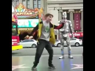 Крутой танцевальный батл на улице.