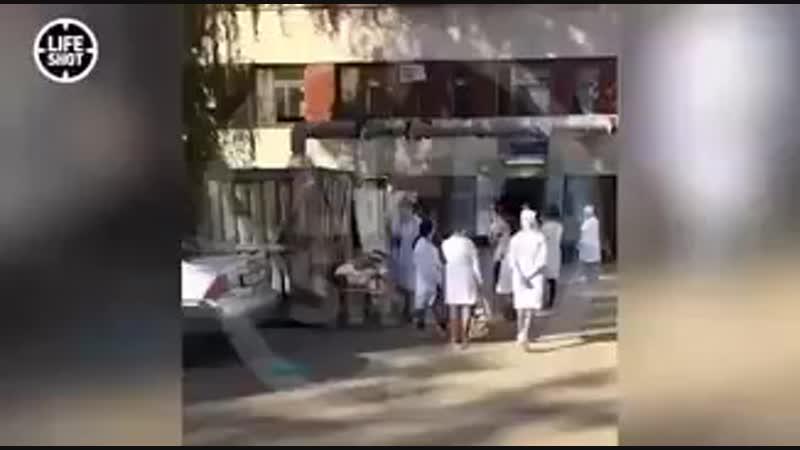 Вот что сейчас происходит у первой больницы в Керчи куда доставляют пострадавших Люди лежат на каталках в ожидание своей очере