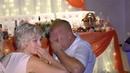 Молодожены на свадьбе спели песню для родителей