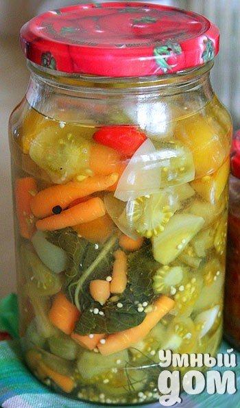 Коллекционируем рецепты заготовок на зиму! Маринованные зелёные помидоры с морковью и чесноком На литровую банку: — зелёные помидоры на 3/4 по объёму банки — морковь на 1/4 — 2-3 зубка чеснока — небольшой лист хрена — укропный зонтик — 5-6 горошин чёрного перца — 1 маленький красный острый перчик — 1,5 чайные ложки соли — 1 чайная ложка сахара — 3-4 столовые ложки уксуса Помидоры и морковь перебрала и порезала, отрезав подгулявшие части. Сложила их в стерильную банку вперемешку с резанным…
