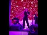 Nicole Scherzinger поет на благотворительном вечере в Москве