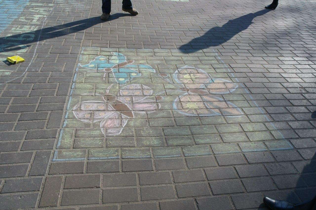 Детские рисунки на асфальте в Горках.
