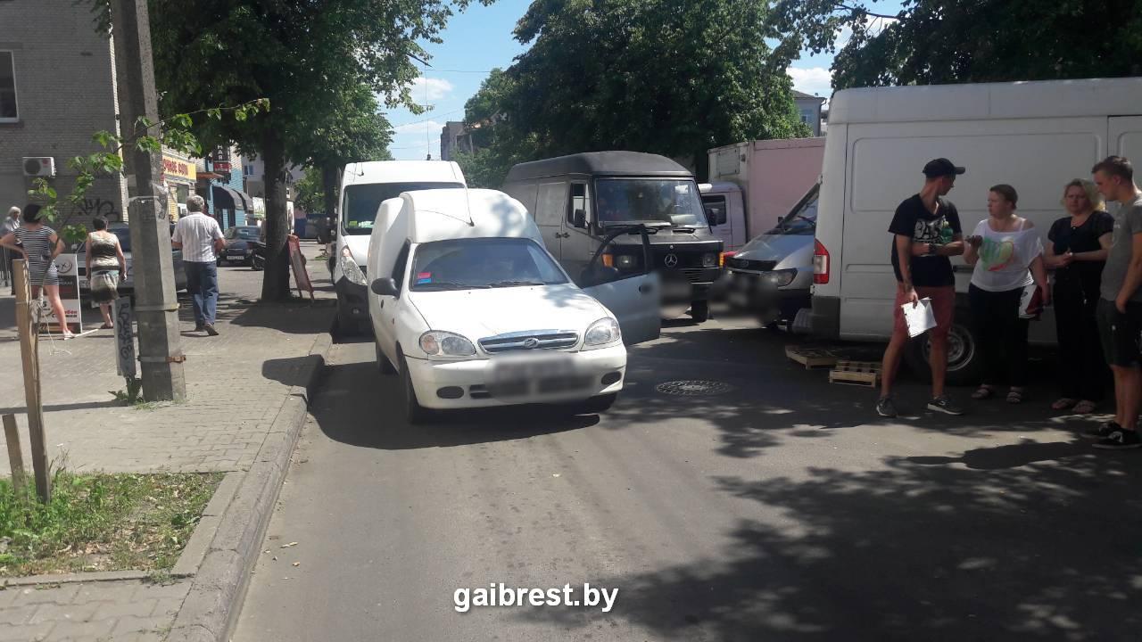 У колхозного рынка 19-летний водитель на ул. Карбышева сбил женщину-пешехода