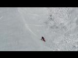 Ловкий заяц перебегает снежную лавину