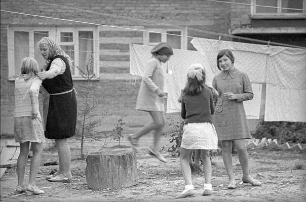 Рождённые в СССР Жевать гудрон, свинец расплавить, Картошку из золы извлечь, В 12 палочек сыграть, На скошенной траве прилечь. Шалаш построить, пить с колонки Как хорошо, что в СССРЯ был